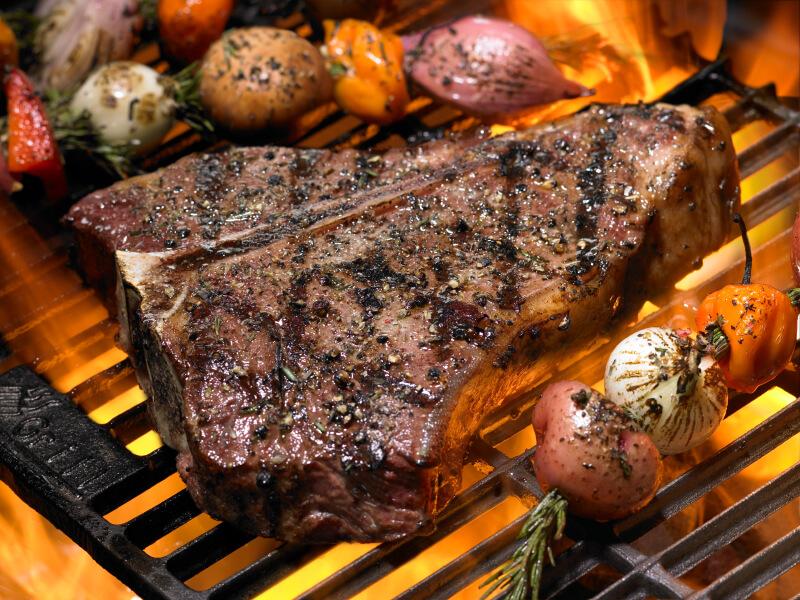Steak und Röstzwiebeln auf dem Grill