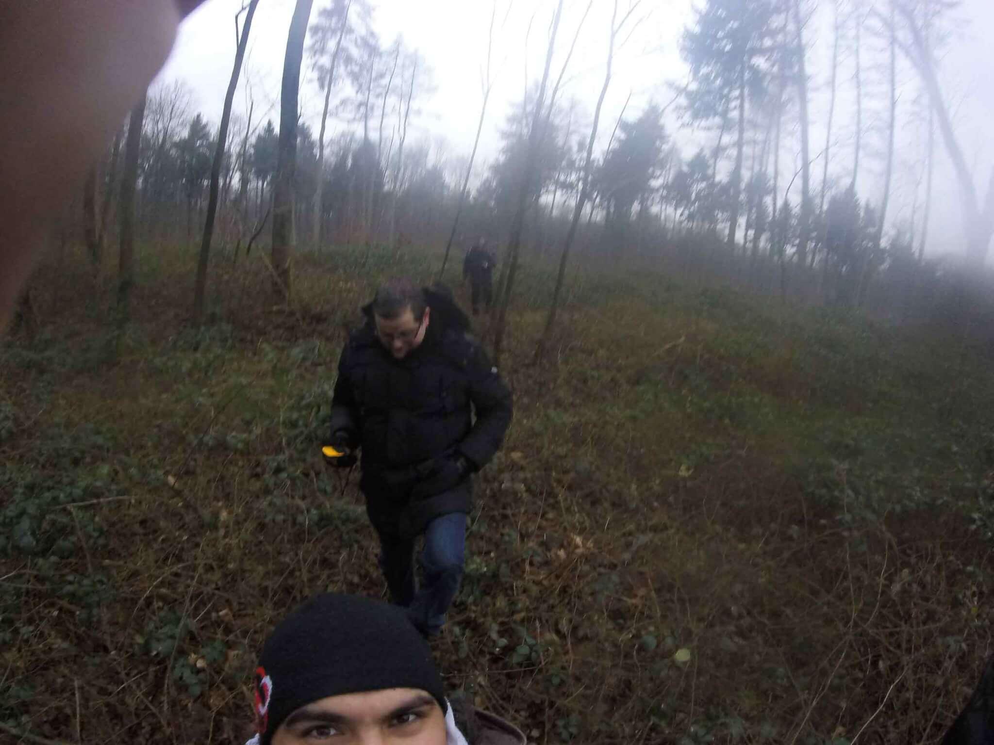 Geocacher laufen quer durch das Gebüsch