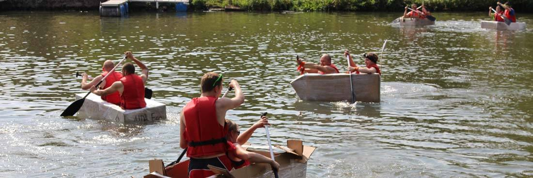 Floßfahrt-Teamevent mit Pappboot bauen