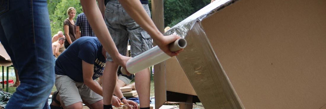 Teamwork und Teambuilding: Pappboot bauen