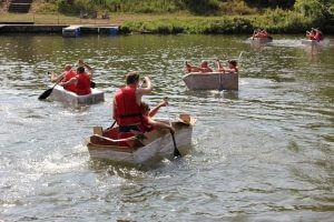 Pappboote fahren Teambuilding