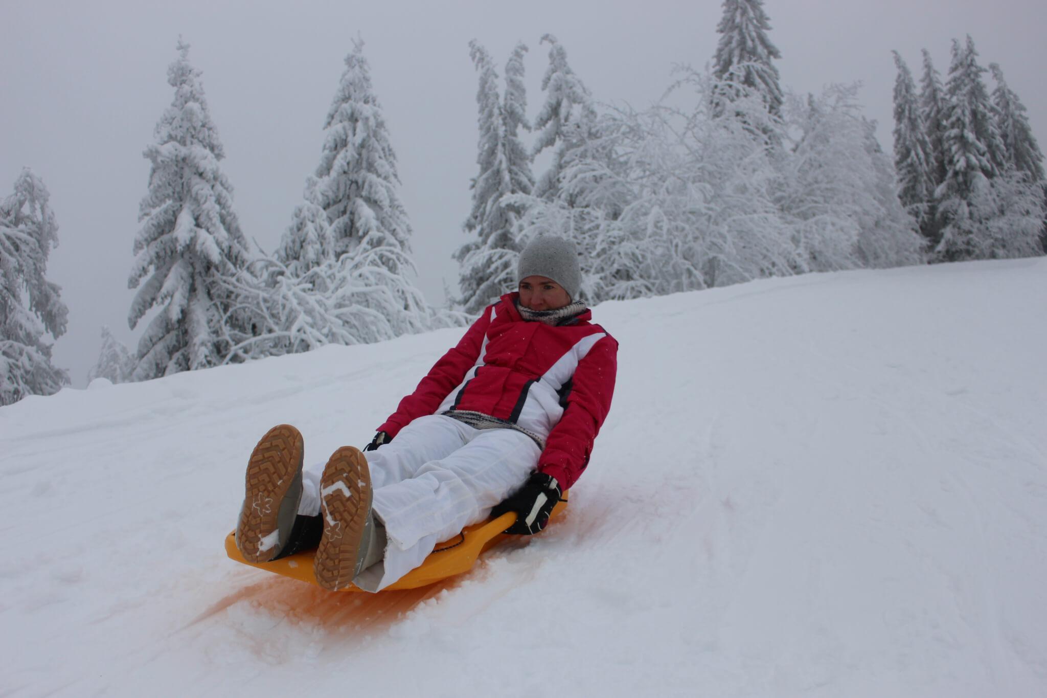 Schneeschuhlaufen und Schlitten fahren